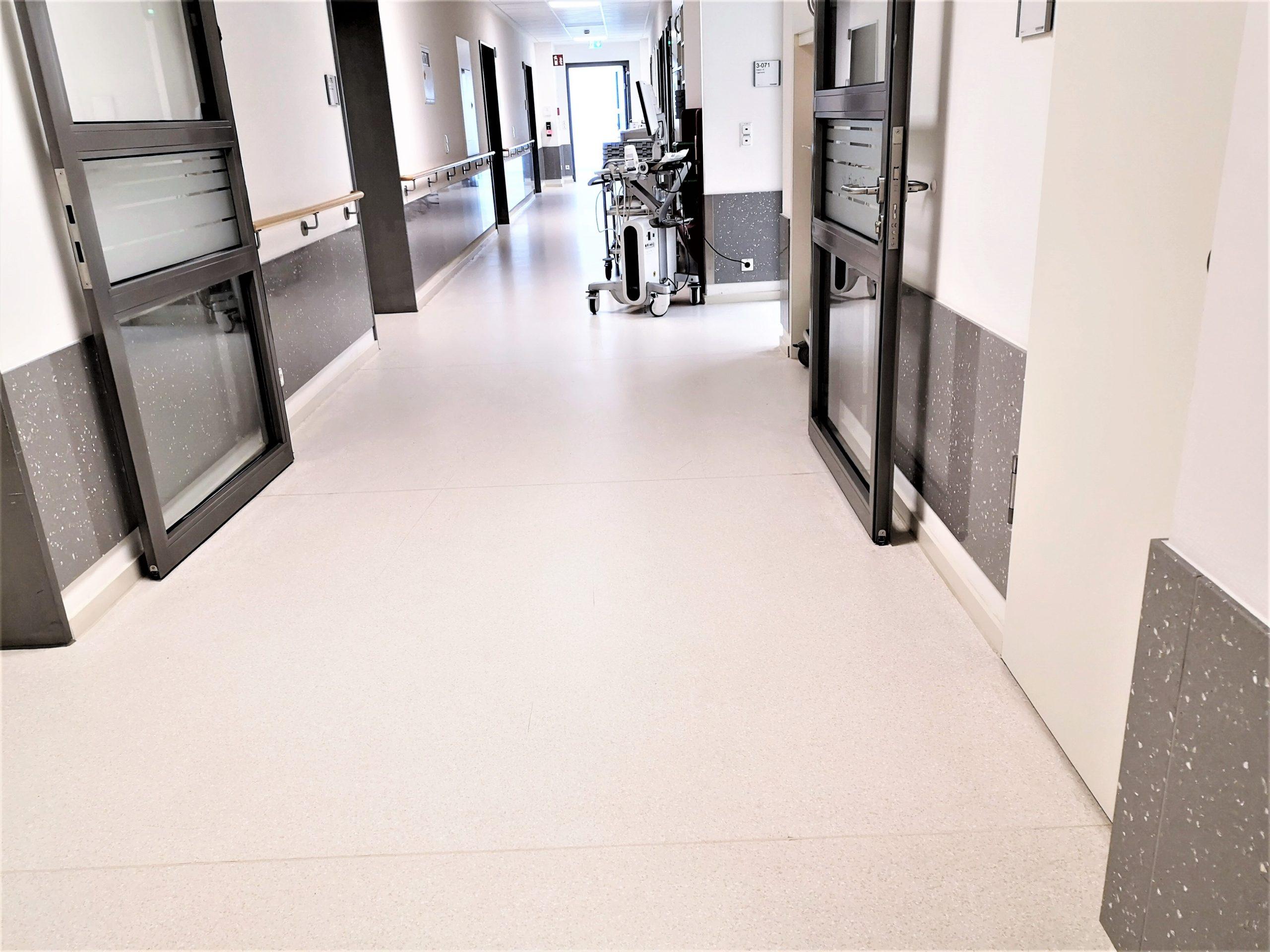 Wände-Anfahrschutz-Wandplatten-Wandverkleidung-Krankenhaus-scaled