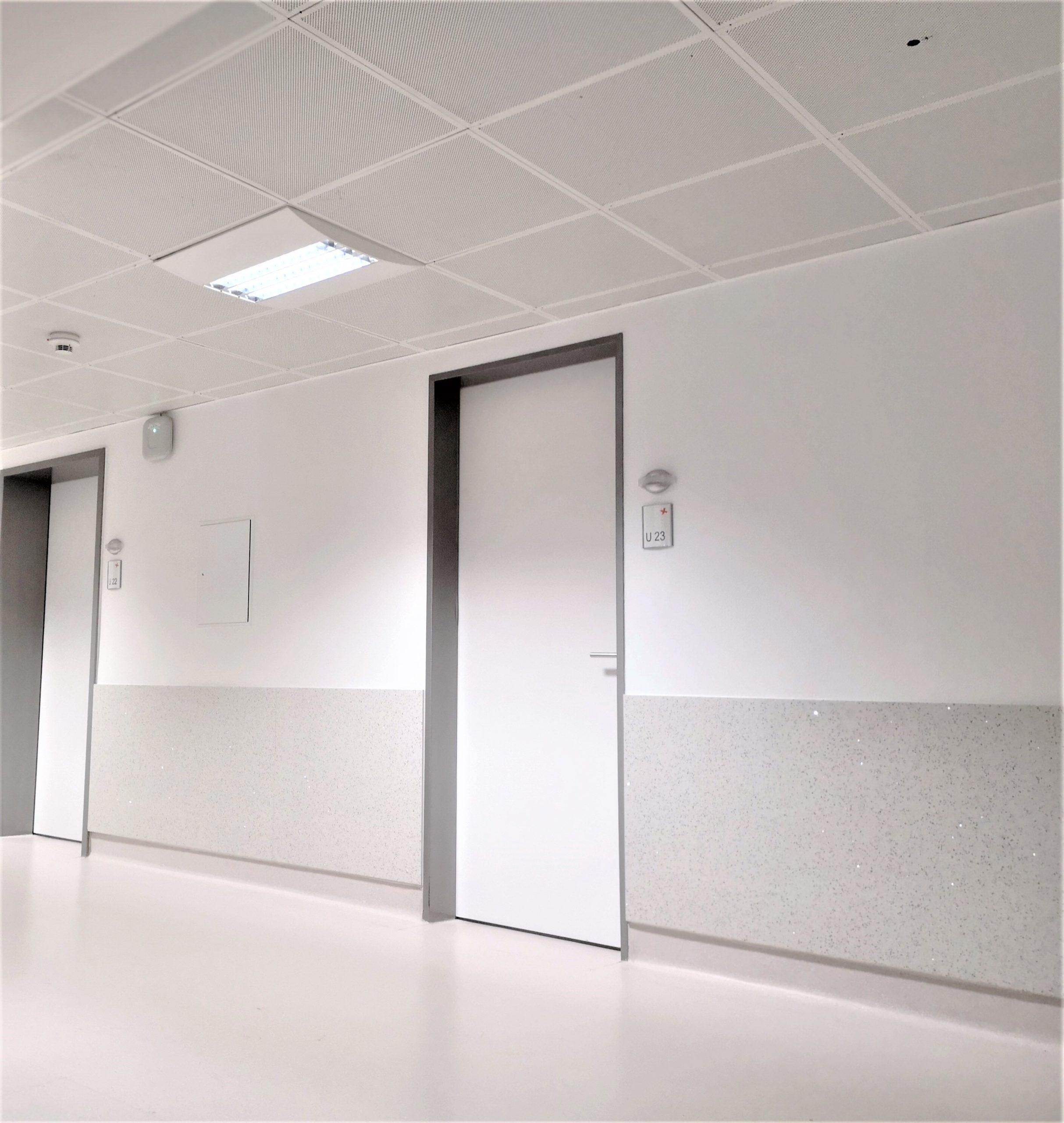 Wandschutz für Rehazentren, Pflegeeinrichtungen, Senioren- und Altenheime, Krankenhäuser und Kliniken, robuste und hygienische Wandverkleidungen und Rammschutz für Einsatzgebiete in Fluren, Korridoren, Gänge