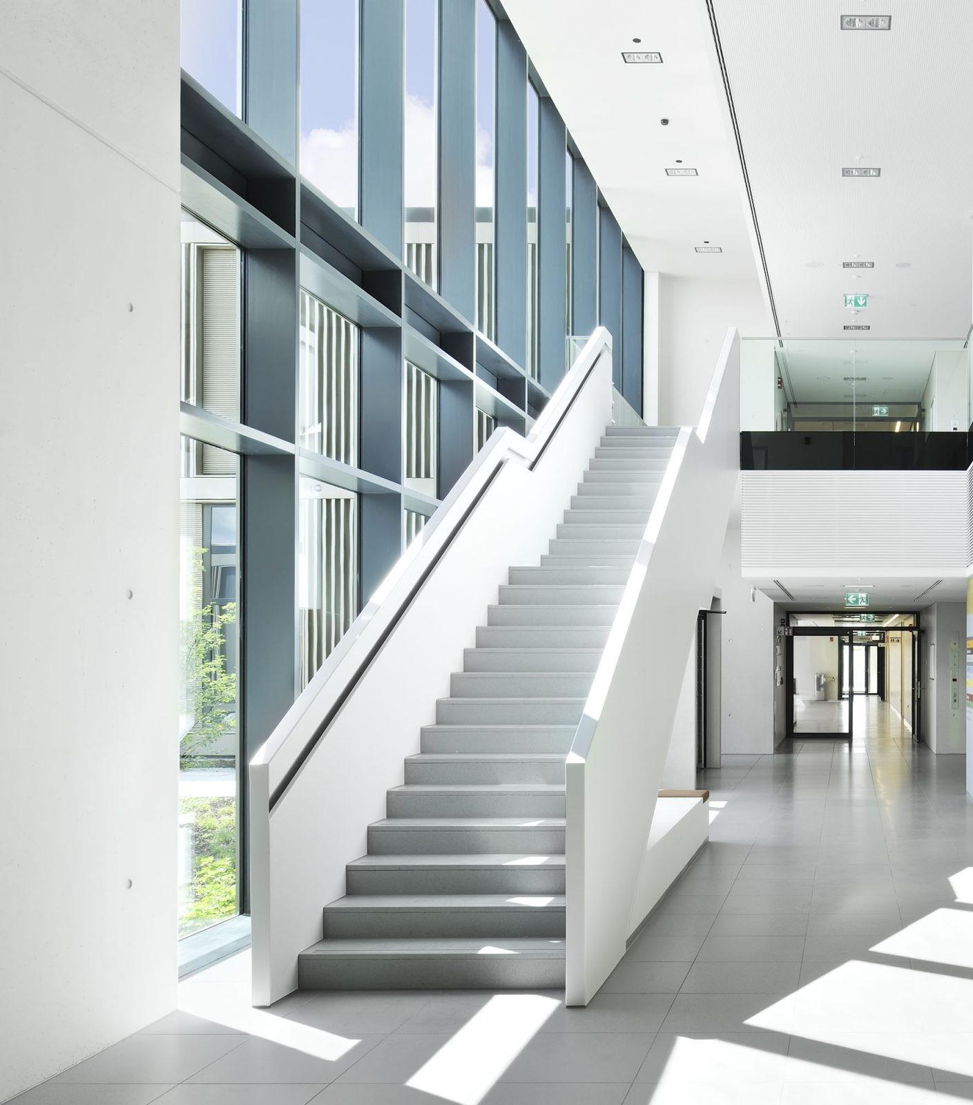 Bodenbelag Treppen Klinik Krankenhaus Büro Verwaltung Eingang Flur matt matter Bodenbelag grau